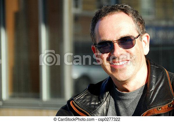 Hombre con gafas de sol - csp0277322