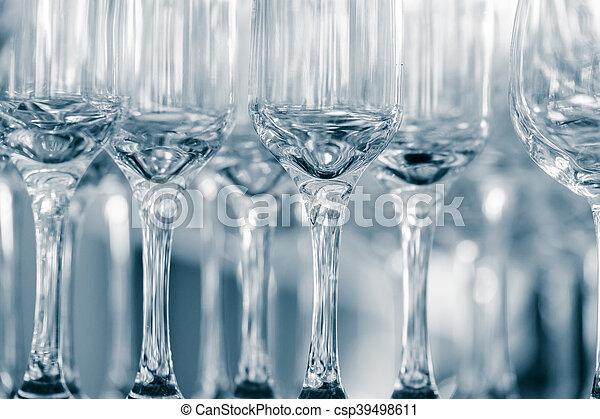 copas de vino vacías en un restaurante - csp39498611