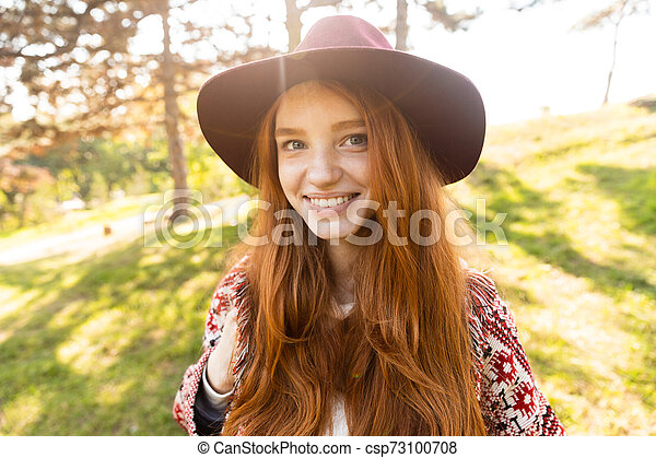 gai, marche., parc, jeune, automne, étudiant, roux, fille souriante, heureux - csp73100708