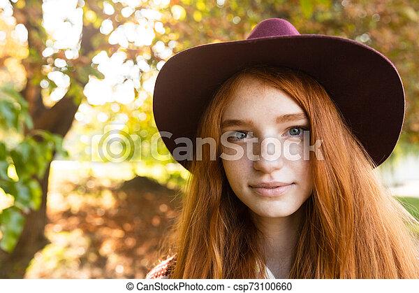 gai, marche., parc, jeune, automne, étudiant, roux, fille souriante, heureux - csp73100660