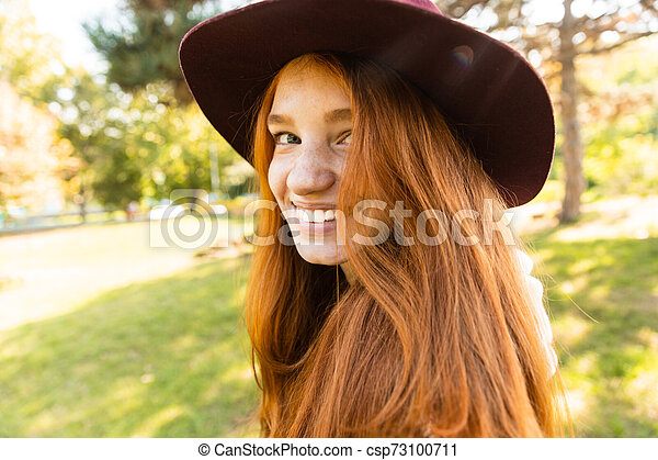 gai, marche., parc, jeune, automne, étudiant, roux, fille souriante, heureux - csp73100711