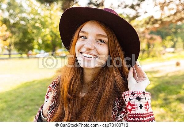 gai, marche., parc, jeune, automne, étudiant, roux, fille souriante, heureux - csp73100713