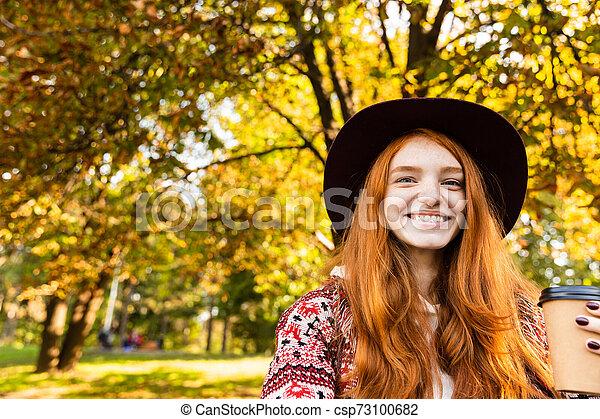 gai, marche., parc, jeune, automne, étudiant, roux, fille souriante, heureux - csp73100682