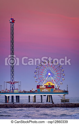 El muelle de placer de Galveston al atardecer - csp12860339