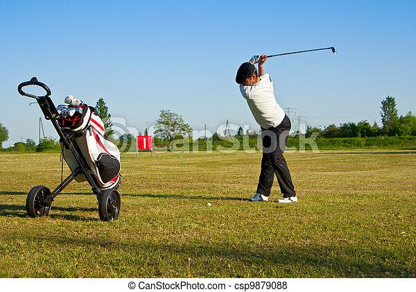 Golfista en el campo de prácticas - csp9879088
