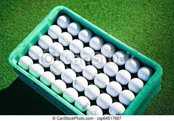 Reutiliza la pelota de golf en el campo de prácticas - csp64517687