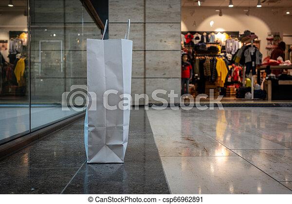 gang, gemacht, shoppen, steht, tasche, papier, zentrieren - csp66962891
