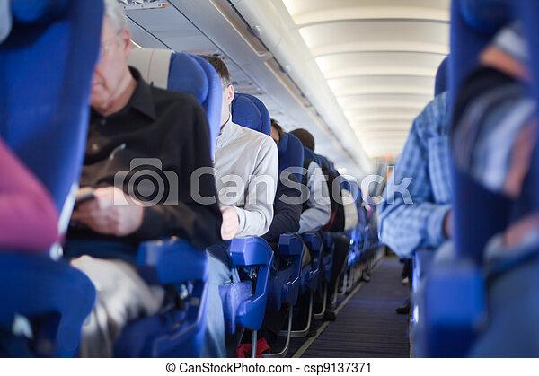 gang, leute, seicht, fokus., tiefe, sitze, flugzeug hütte, zwischen, heraus - csp9137371