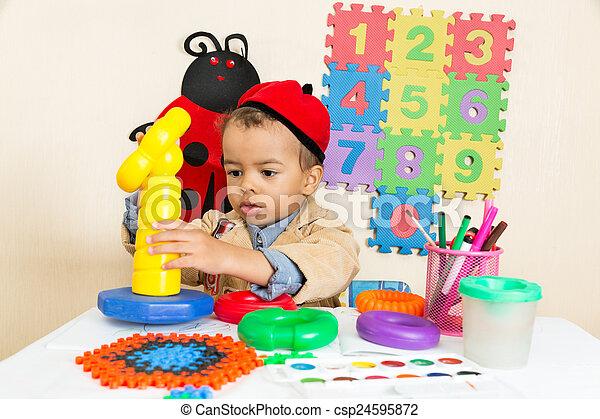 garçon, coloré, crayons, jardin enfants, américain, noir, africaine, table, dessin, préscolaire - csp24595872