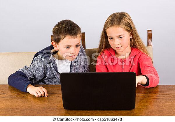garçon, girl, ordinateur portable - csp51863478