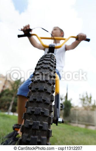 garçon, parc bicyclette - csp11312207