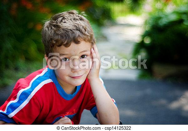 garçon, peu, brun, grands yeux, regarder, appareil-photo timide, sourire, adorable - csp14125322