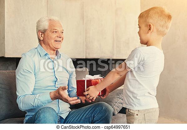 garçon, peu, sien, donner, grand-père, présent - csp64997651