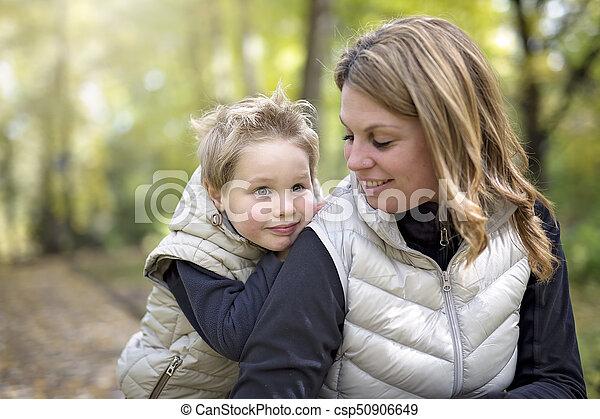 garçon, peu, sien, parc, automne, mère, adorable - csp50906649