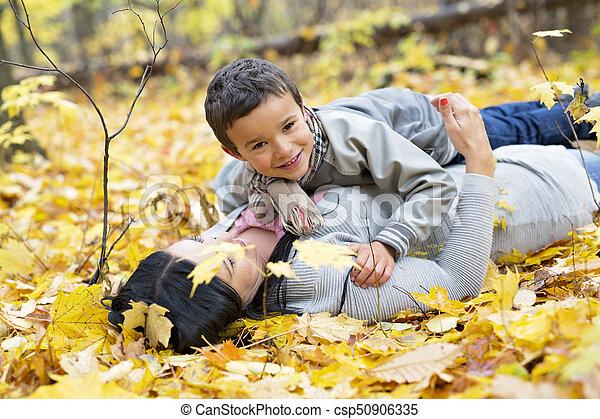 garçon, peu, sien, parc, automne, mère, adorable - csp50906335