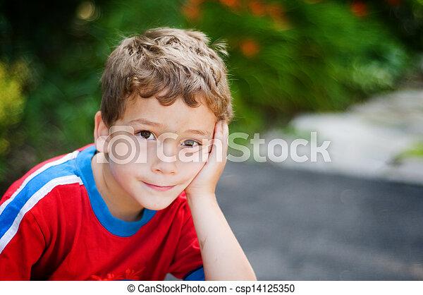 garçon, peu, sien, reposer, figure, regarder, appareil photo, main, percé, expression - csp14125350