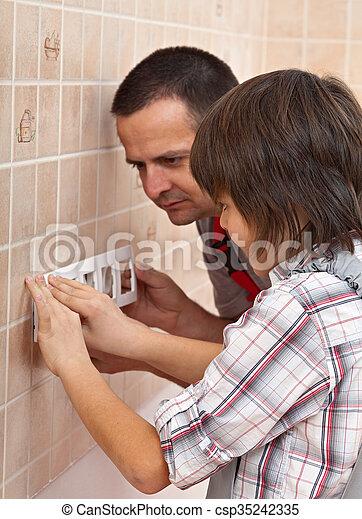 garçon, sien, mur, père, rencontre, portion, électrique, installer, devant, panneau - csp35242335
