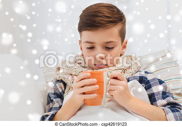 garçon, thé, malade, grippe, maison, boire, écharpe - csp42619123