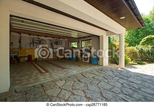 Cajas de cartón en el garaje - csp28771185