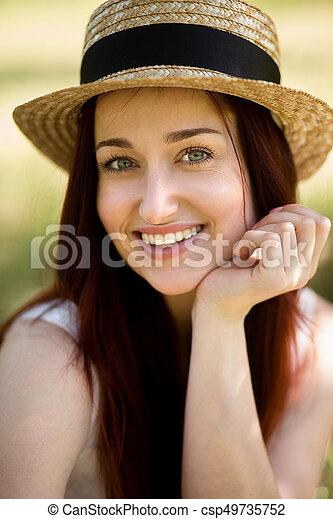 Retrato de la joven zorra en el jardín. - csp49735752