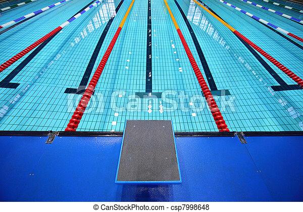 In der Mitte eine Plattform für den Start und Bahn des Schwimmbads - csp7998648