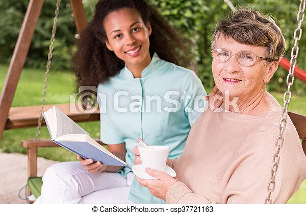 gastando, mulher, aposentado, tempo lazer - csp37721163