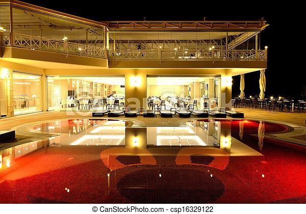 Restaurant und Schwimmbad in Nachtbeleuchtung, Halkidiki, Griechenland - csp16329122