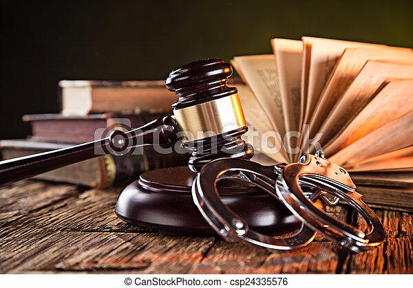 gavel bois, livres, table - csp24335576