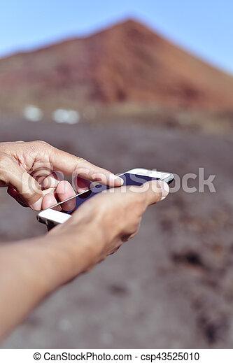 gebrauchend, smartphone, junger mann, draußen - csp43525010
