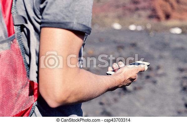gebrauchend, smartphone, junger mann, draußen - csp43703314