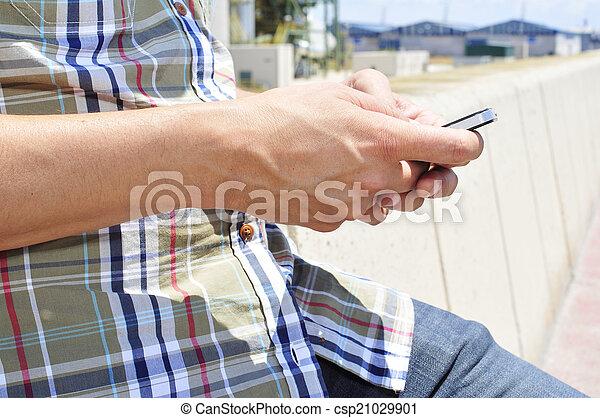 gebrauchend, smartphone, junger mann, draußen - csp21029901