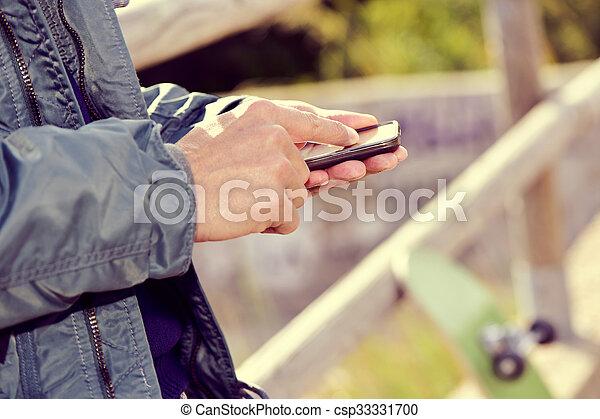 gebrauchend, smartphone, junger mann, draußen - csp33331700