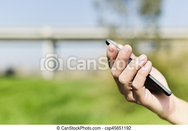 gebrauchend, smartphone, junger mann, draußen - csp45651192