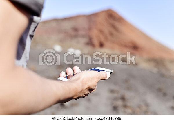 gebrauchend, smartphone, junger mann, draußen - csp47340799