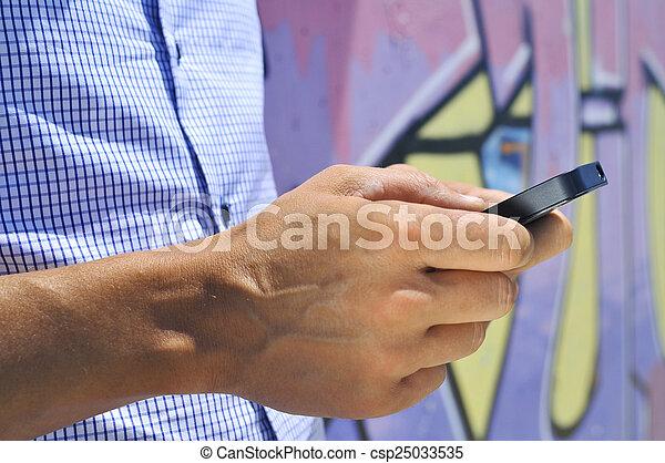 gebrauchend, smartphone, junger mann - csp25033535