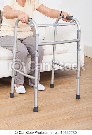 gebruik, oude vrouw, lopend met vensterraam - csp19682230