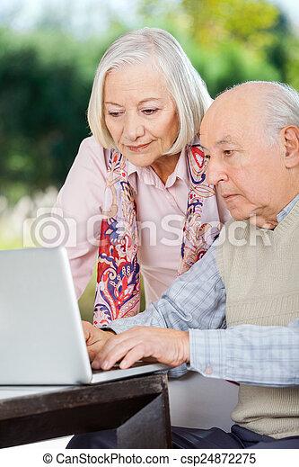 gebruik, paar, draagbare computer, bejaarden - csp24872275