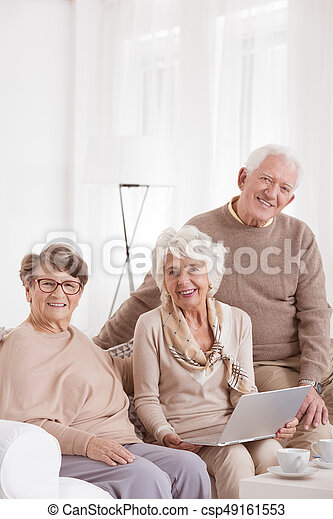 gebruikende laptop, day-care, centrum - csp49161553