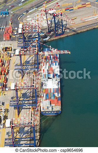 Schiffe, die Container abladen - csp9654696