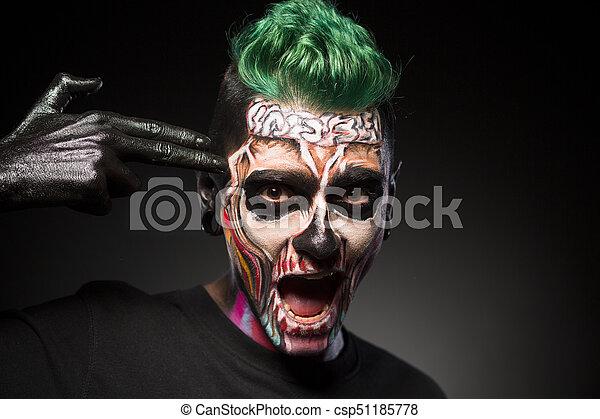 Halloween Schminke Bilder.Halloween Make Up Mann Mit Skelettfarbenem Gesicht Der Tempel Beruhrt Gesichtskunst Ein Mann Mit Grunen Haaren Und Canstock