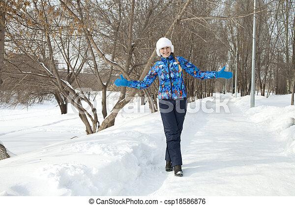 gehen, frau, park, winter, glücklich - csp18586876