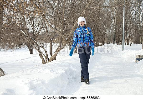 gehen, frau, park, winter, glücklich - csp18586883