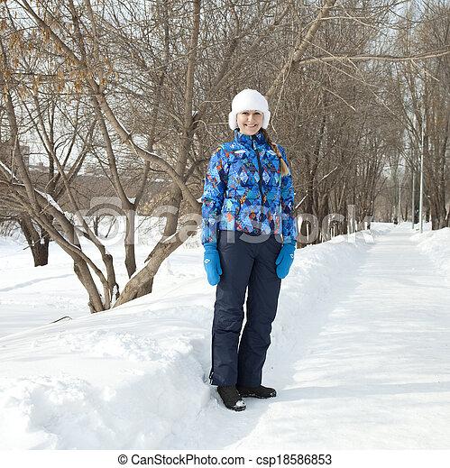 gehen, frau, park, winter, glücklich - csp18586853