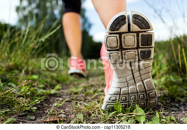 Laufende oder laufende Beine im Wald, Abenteuer und Sport - csp11305218