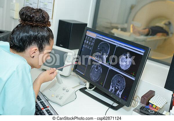 Doktor checkin Gehirnscans auf dem Bildschirm - csp62871124