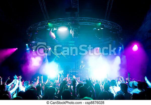 Gente bailando en el concierto - csp8876028