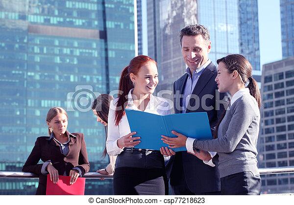 gente, reunión, empresa / negocio, aire libre - csp77218623
