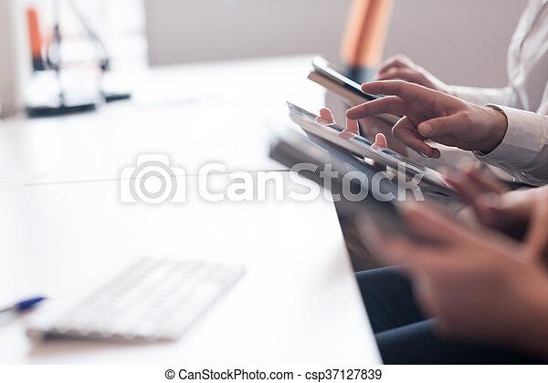 Gente de negocios con tablet - csp37127839