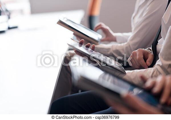 Gente de negocios con tablet - csp36976799