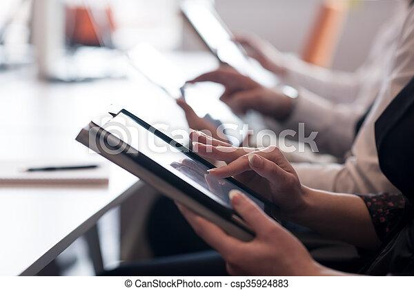 Gente de negocios con tablet - csp35924883